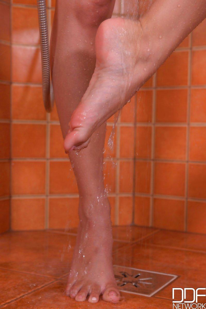 Butterfly Pussy Lips - Toe & Leg Lover Masturbates in Shower VR Porn