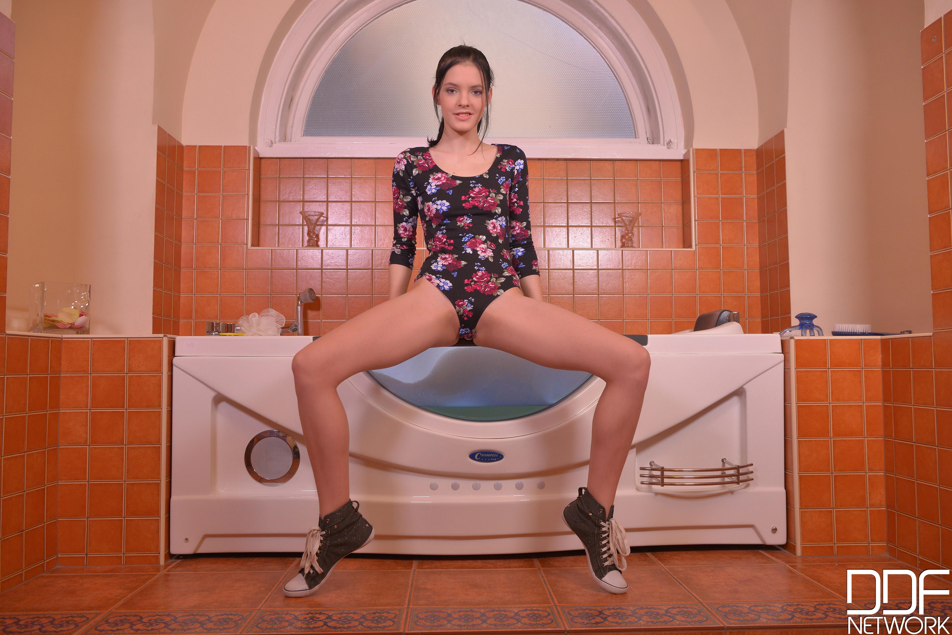 Masturbation Masterpiece - Pussy Pleasin' Bubble Bath VR Porn
